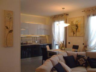 MARA GAGLIARDI 'INTERIOR DESIGNER' ห้องครัวตู้เก็บของและชั้นวางของ