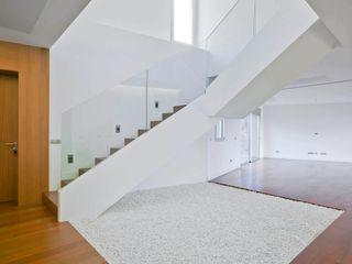 BELLO Y MONTERDE arquitectos Corredores, halls e escadas modernos