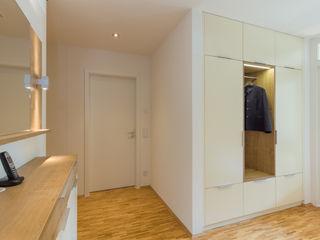 dieMeisterTischler 現代風玄關、走廊與階梯
