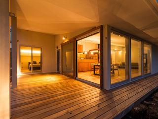 エヌ スケッチ Modern balcony, veranda & terrace