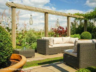 Pergola and Seating Matt Nichol Garden Design Ltd. Garden Furniture
