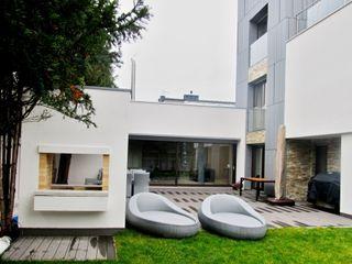 Tarasy-drewniane- Dorota Maciejewska Balcones y terrazas modernos: Ideas, imágenes y decoración