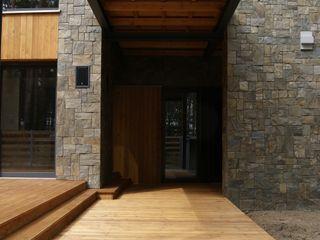 Tarasy-drewniane- Dorota Maciejewska Balcones y terrazas rústicos