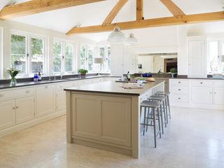 The Old Forge House, Hertfordshire   Classic Painted Shaker Kitchen Humphrey Munson Landelijke keukens