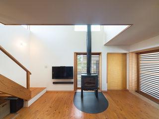横に広がる伸びやかな家 FAD建築事務所 モダンデザインの リビング