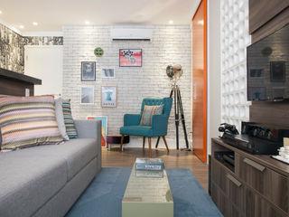 Apartamento na Consolação - Integração dos espaços - Cobogós Biarari e Rodrigues Arquitetura e Interiores Sala de estarSofás e divãs Madeira Laranja