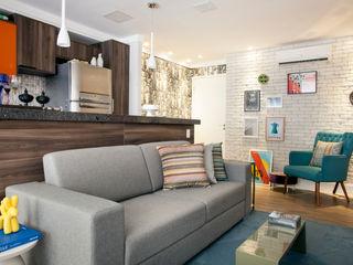 Apartamento na Consolação - Integração dos espaços - Cobogós Biarari e Rodrigues Arquitetura e Interiores CozinhaBancadas Madeira Cinza