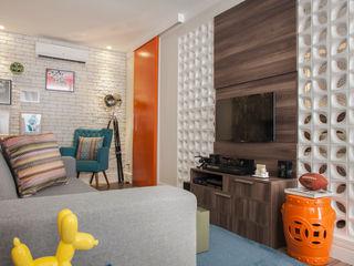 Apartamento na Consolação - Integração dos espaços - Cobogós Biarari e Rodrigues Arquitetura e Interiores Sala de estarEstantes Cerâmica Laranja