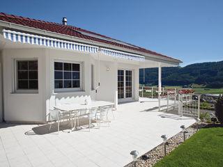 ELK Kundenhaus ELK Fertighaus GmbH Moderner Balkon, Veranda & Terrasse Weiß