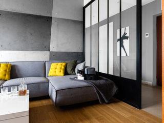 Contractors モダンデザインの リビング コンクリート 灰色