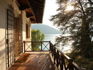 villa sul lago isabella maruti architetto Balcone, Veranda & Terrazza in stile classico