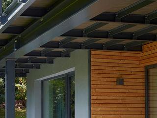 Elegante Sachlichkeit - energetische Sanierung eines Einfamilienhauses mit Balkon insa4 ingenieure sachverständige architekten Moderner Balkon, Veranda & Terrasse