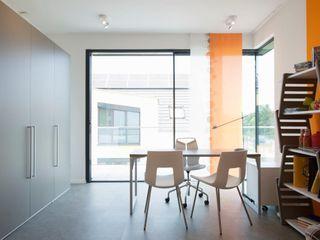 Villa im Bauhausstil für OKAL Metallbau Beilmann GmbH Moderne Fenster & Türen