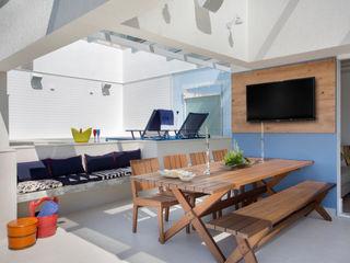 Ana Adriano Design de Interiores Веранда и терраса в тропическом стиле Дерево Синий