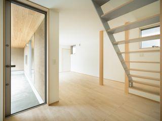 市原忍建築設計事務所 / Shinobu Ichihara Architects Коридор, прихожая и лестница в скандинавском стиле Металл Серый