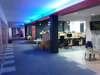 Oficinas GCK Urbyarch Arquitectura / Diseño Oficinas y tiendas Multicolor