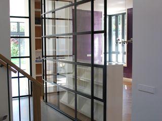 Architektenburo J.J. van Vliet bv Pasillos, vestíbulos y escaleras de estilo moderno