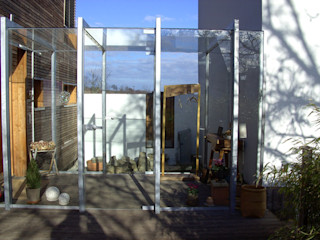 windfang allmermacke Minimalistischer Flur, Diele & Treppenhaus Glas
