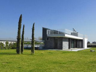 Villa privata tra il mare e la campagna GHINELLI ARCHITETTURA Case moderne Ardesia Grigio