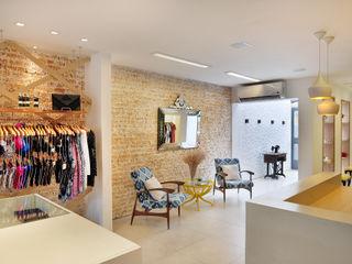 Thaisa Camargo Arquitetura e Interiores Offices & stores Multicolored