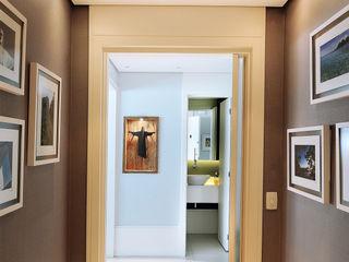 Thaisa Camargo Arquitetura e Interiores Eclectic style corridor, hallway & stairs Multicolored