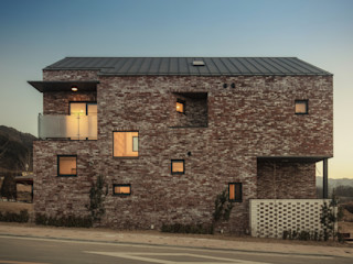 원주 W-House (박물관이 살아있다) (주)유타건축사사무소 모던스타일 주택 벽돌 갈색