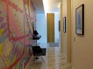 J.Design Pasillos, vestíbulos y escaleras de estilo moderno Rosa