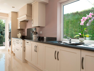 sophistication in cream Chalkhouse Interiors Klasyczna kuchnia Drewno