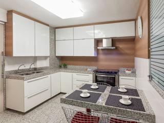 Carmen Calixto Arquitetura モダンな キッチン 木目調