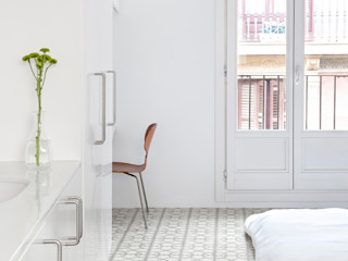 Reforma de vivienda en el barrio del Raval de Barcelona manrique planas arquitectes Dormitorios de estilo moderno