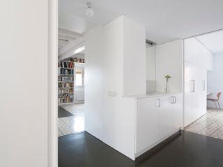 Reforma de vivienda en el barrio del Raval de Barcelona manrique planas arquitectes Baños de estilo moderno