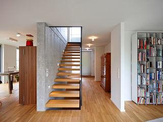 Marcus Hofbauer Architekt Modern Corridor, Hallway and Staircase