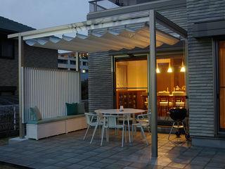 一級建築士事務所エイチ・アーキテクツ Modern style balcony, porch & terrace Synthetic White