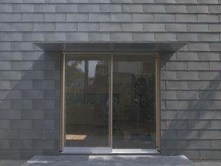 株式会社コヤマアトリエ一級建築士事務所 Modern Windows and Doors
