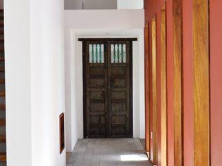 OBRA BLANCA Eclectic style corridor, hallway & stairs