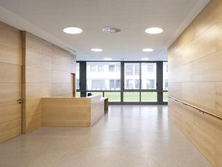 Apartamentos para Mayores y Centro de Día en Zarautz Ignacio Quemada Arquitectos Pasillos, vestíbulos y escaleras de estilo moderno Madera Acabado en madera