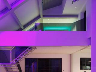 Kensington luxury modern warehouse Quirke McNamara Salones de estilo industrial Blanco