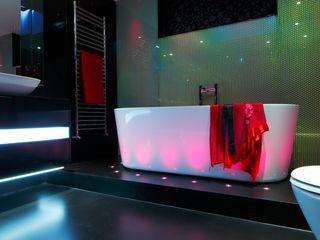 Kensington luxury modern warehouse Quirke McNamara Baños de estilo industrial Negro