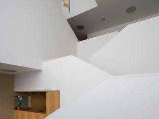 Sede de la empresa Tuc Tuc Ignacio Quemada Arquitectos Pasillos, vestíbulos y escaleras de estilo minimalista Blanco