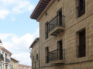 Hotel at a Baroque XVIII Century House Ignacio Quemada Arquitectos Casas clássicas Pedra