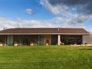 Casa de campo en Ancín Ignacio Quemada Arquitectos Casas de estilo minimalista Rojo