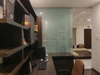 KREATIVE HOUSE Ruang Studi/Kantor Gaya Eklektik Kayu Brown