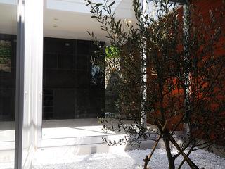 株式会社ブレッツァ・アーキテクツ Balcones y terrazas de estilo moderno