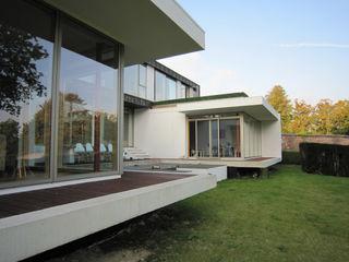 Groveside House The Chase Architecture Moderne balkons, veranda's en terrassen Glas Wit