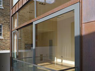 Copper House The Chase Architecture Moderne balkons, veranda's en terrassen Glas Bruin