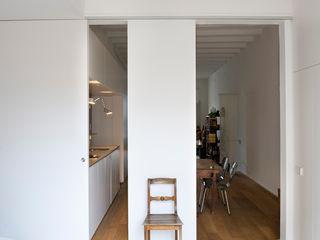 Reforma de vivienda en el Poblenou. Barcelona manrique planas arquitectes Dormitorios de estilo escandinavo