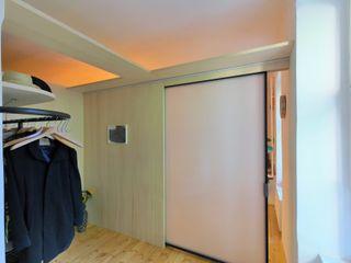 raumgewinn durch einbau einer garderobe allmermacke Minimalistischer Flur, Diele & Treppenhaus Eisen/Stahl