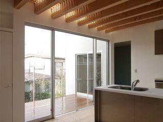 ディンプル建築設計事務所 Cucina moderna Legno massello Effetto legno