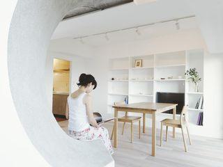 ディンプル建築設計事務所 Soggiorno moderno Legno massello Bianco