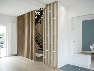 Yeme + Saunier Minimalist corridor, hallway & stairs Solid Wood White